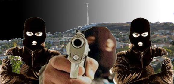 homens-armados-e-encapuzados