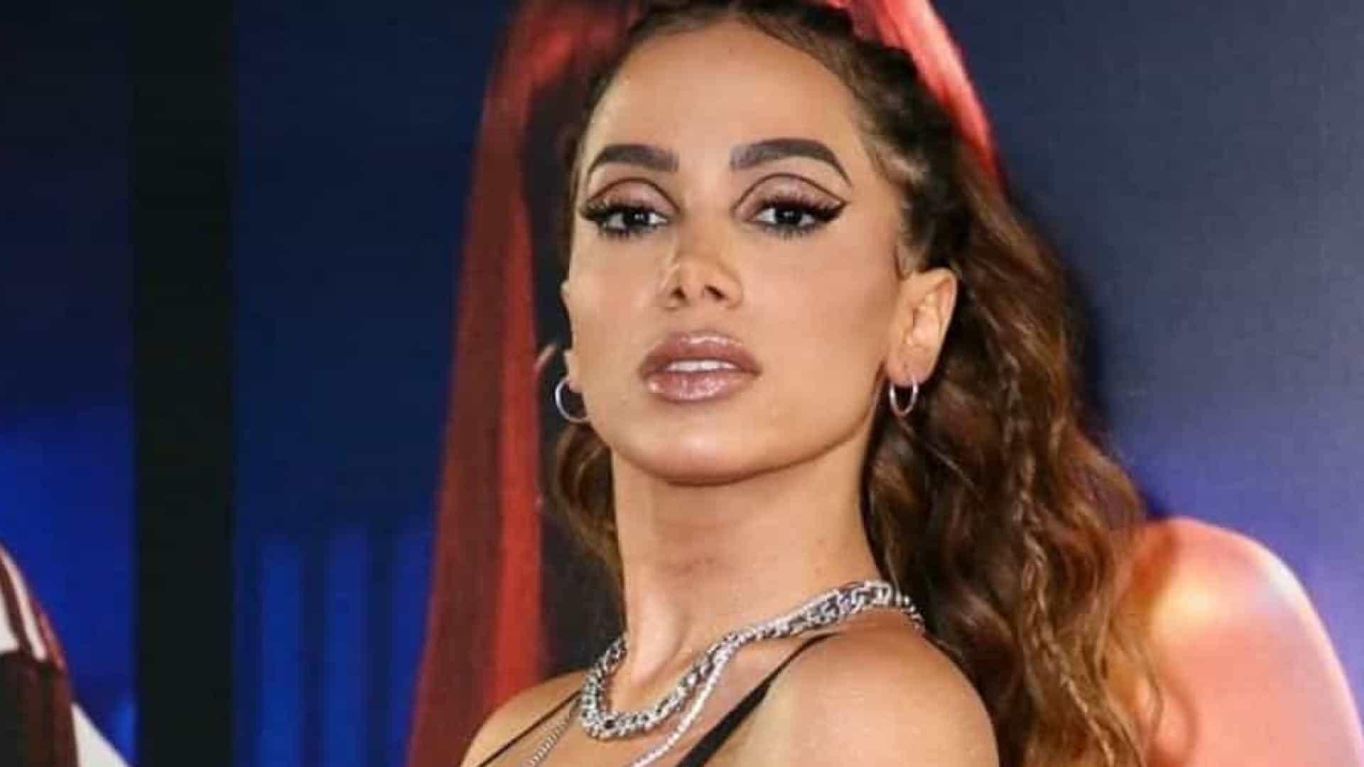 Anitta revela que pratica idiomas flertando com homens e mulheres