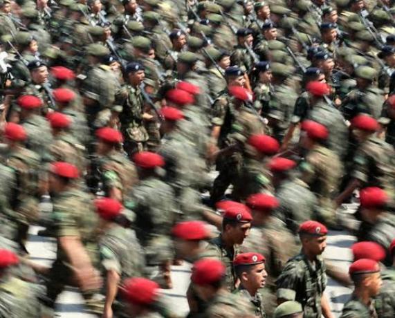 Governo quer recrutar militares que são da reserva para força-tarefa de fila do INSS